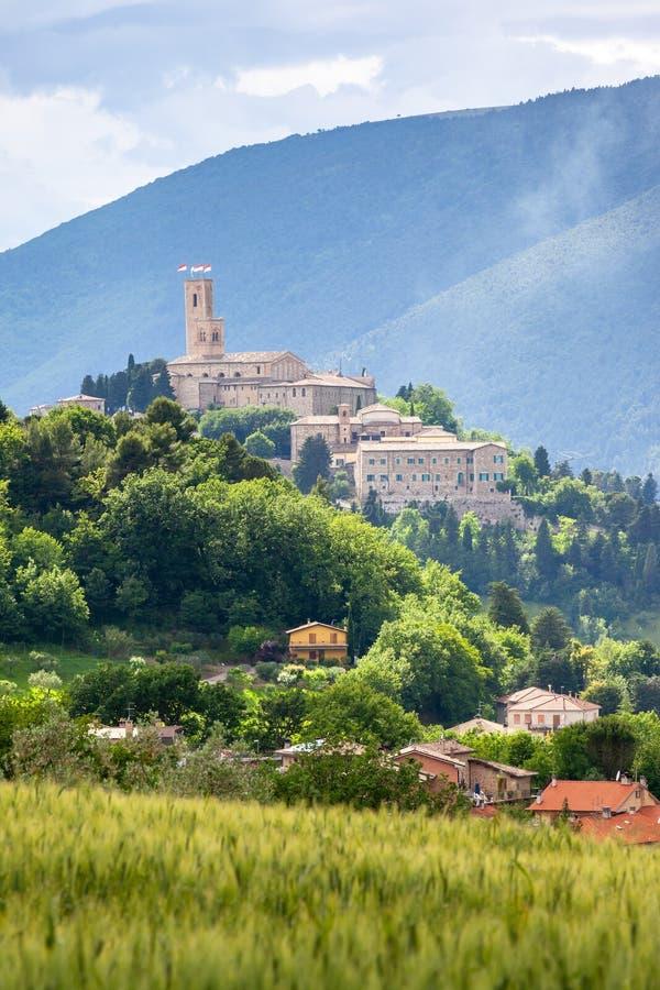 Camerino en Italia Marche sobre campos coloridos imágenes de archivo libres de regalías