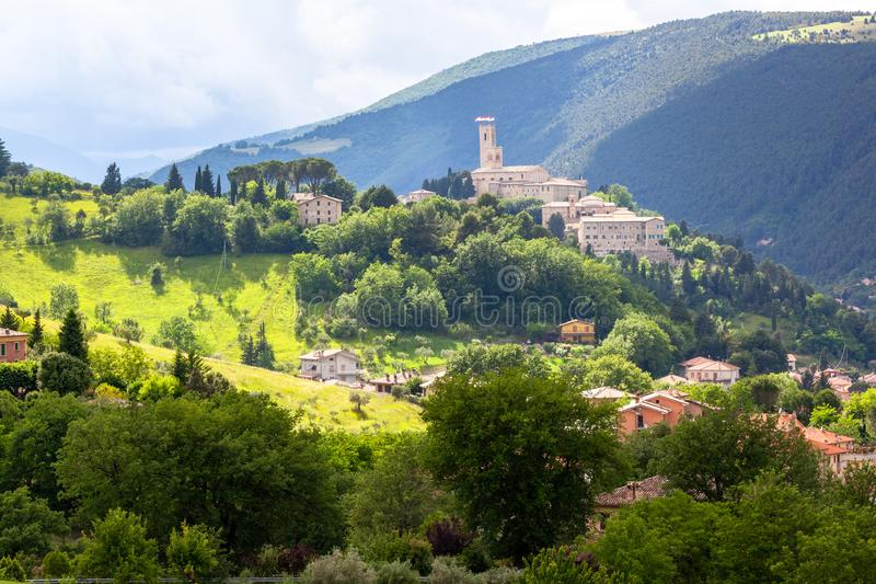 Camerino en Italia Marche sobre campos coloridos foto de archivo libre de regalías