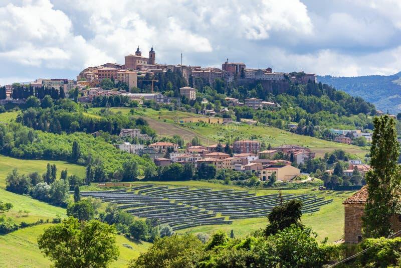 Camerino in Italia Marche sopra i campi colourful fotografia stock