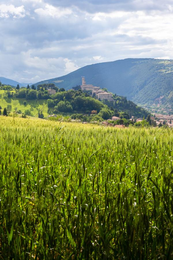 Camerino in Italia Marche sopra i campi colourful fotografie stock libere da diritti
