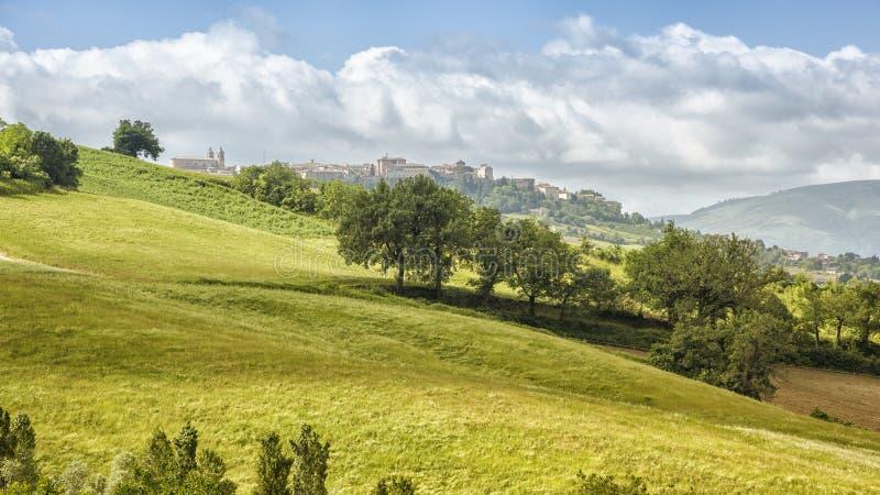 Camerino in Italien Marken über bunten Feldern lizenzfreie stockbilder