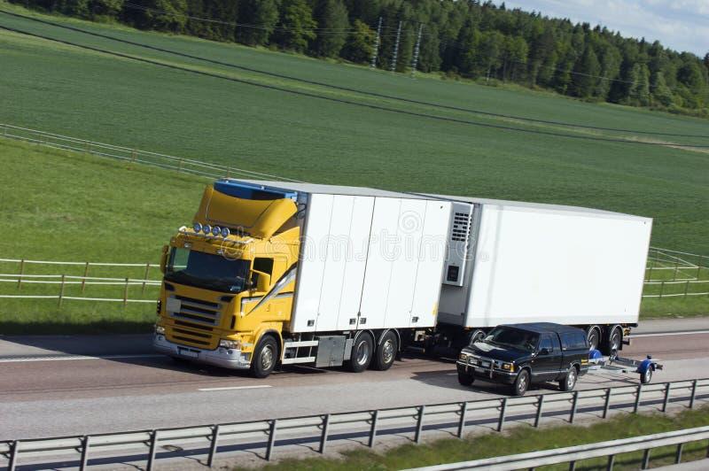 Camião branco e amarelo no campo imagens de stock