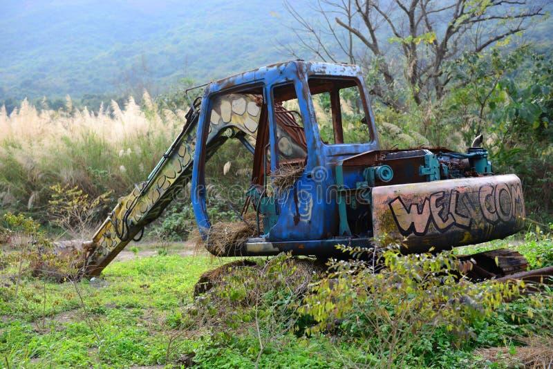 Camión abandonado de la pala en condiciones rústicas fotografía de archivo libre de regalías