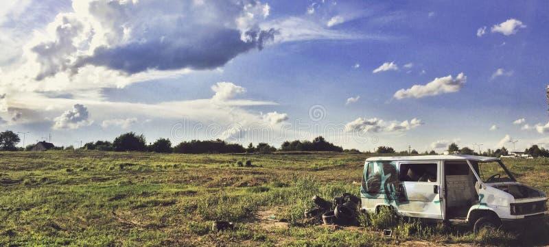Camión abandonado en campo de hierba imagen de archivo libre de regalías