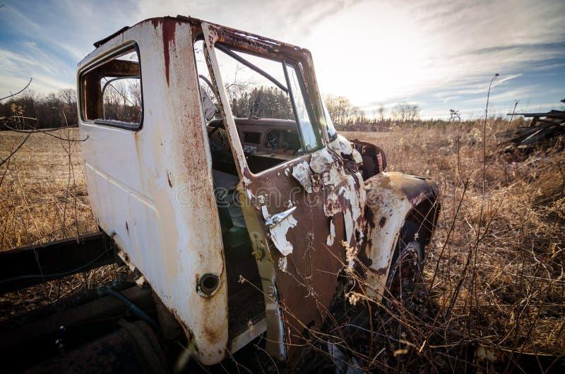 Camión abandonado en un campo fotos de archivo