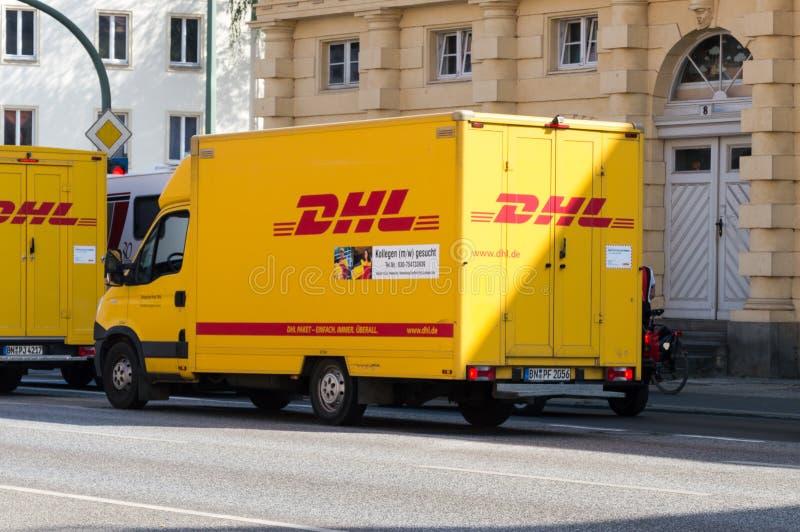 Camión alemán de DHL del paquete en el camino fotos de archivo