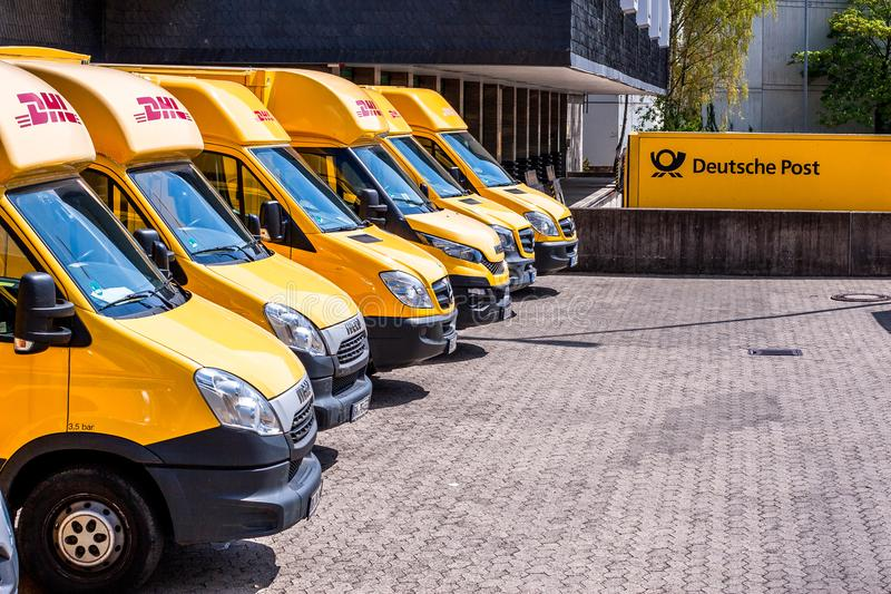 Camión alemán del servicio de entrega del mensajero de DHL de los posts fotografía de archivo