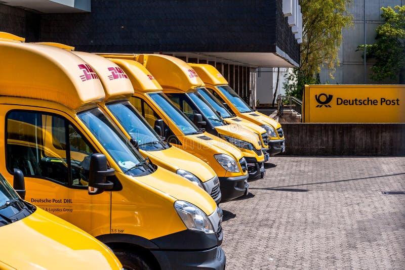 Camión alemán del servicio de entrega del mensajero de DHL de los posts fotos de archivo