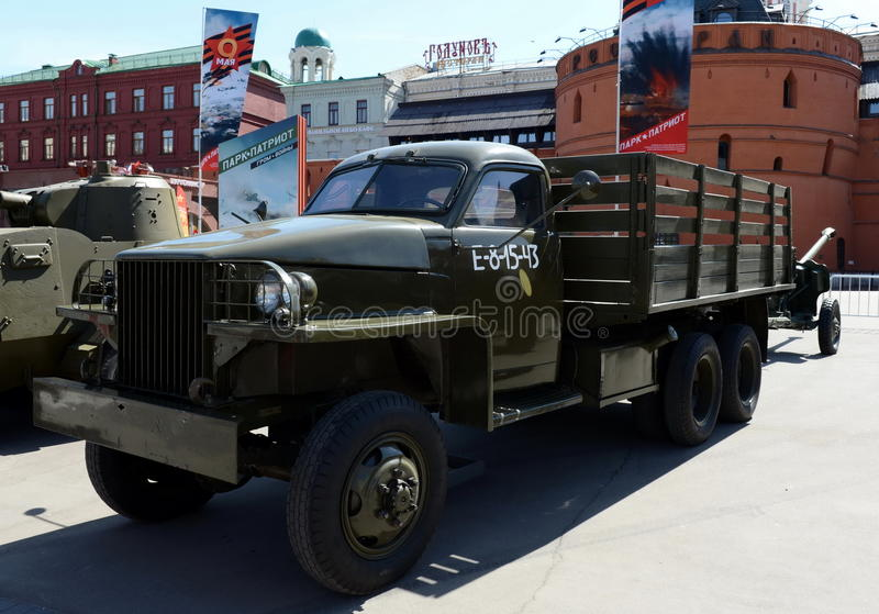 Camión americano Studebaker US6 en las armas de la exposición de la victoria fotos de archivo