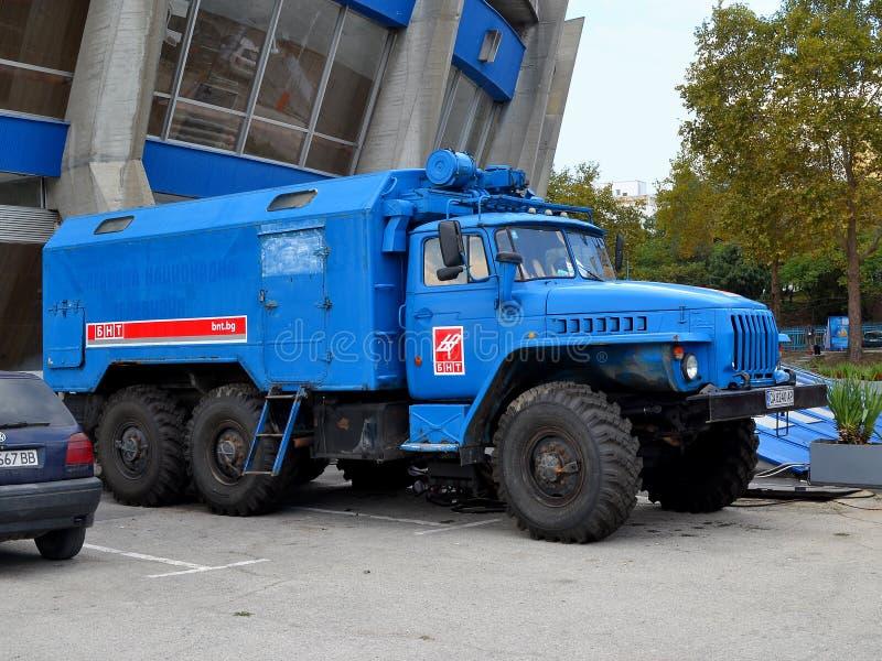 Camión azul de la televisión nacional búlgara cerca del palacio de la cultura y de los deportes en Varna para el campeón del mund imagenes de archivo