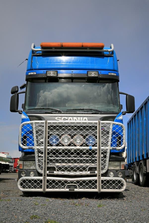 Camión azul de Scania R500 con un guardia grande de la parrilla imagenes de archivo