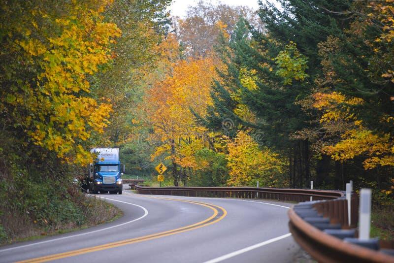 Camión azul en la carretera espectacular del autemn de la bobina fotografía de archivo libre de regalías