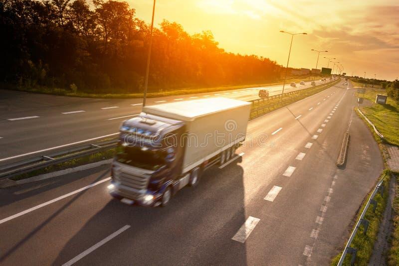 Camión azul en la falta de definición de movimiento en la carretera imágenes de archivo libres de regalías