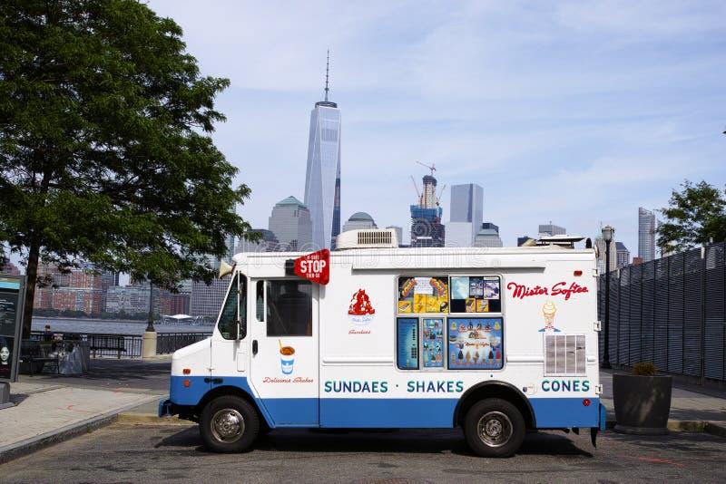 Camión blanco del helado de señor Softee en Jersey City con Nueva York imagen de archivo