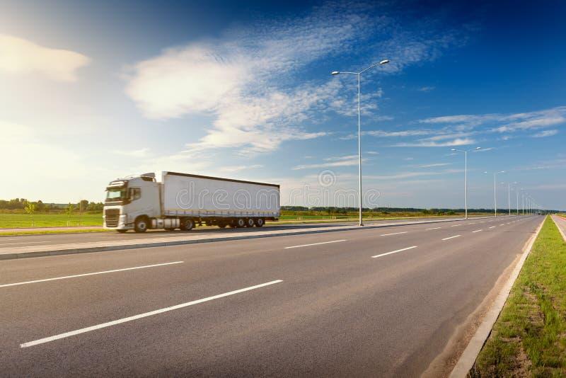 Camión blanco en autopista sin peaje en el día soleado idílico imagen de archivo libre de regalías