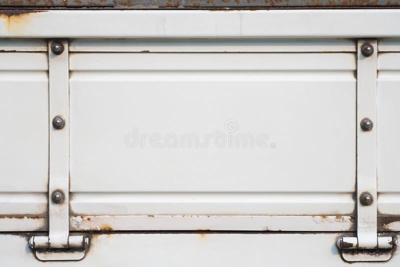 Camión blanco viejo con oxidado, fondo blanco de la pintura del metal del grunge fotos de archivo libres de regalías