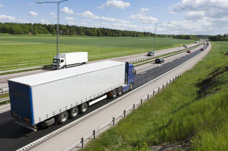 Camión, carro que conduce en distancia imagenes de archivo