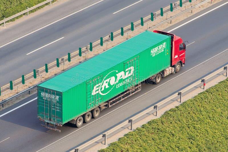 Camión chino con el envase en la autopista, Pekín, China de la logística del E-camino fotos de archivo