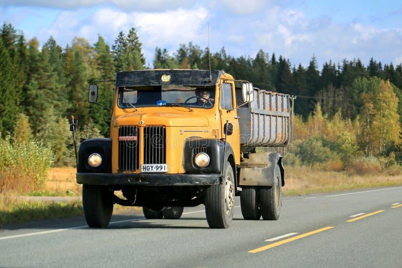 Camión clásico de Scania 110 en el camino fotografía de archivo libre de regalías