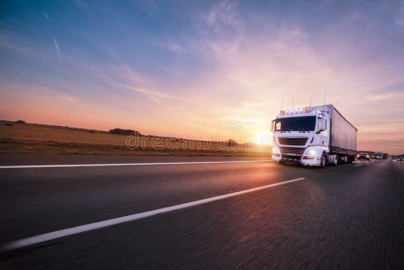 Camión con el envase en el camino, concepto del transporte del cargo fotografía de archivo libre de regalías