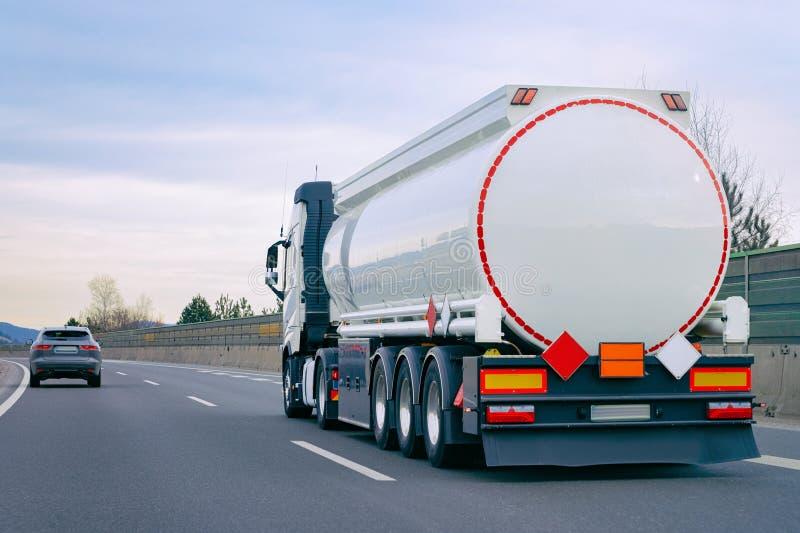 Camión con la cisterna en camionero del camino en la carretera imagenes de archivo