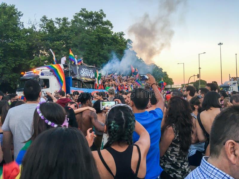 Camión con la gente que celebra el worldPride cerca de la estación de tren de Atocha, Madrid, España 07/01/2017 foto de archivo libre de regalías