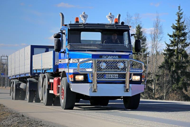 Camión convencional de la combinación de Scania 143H fotografía de archivo