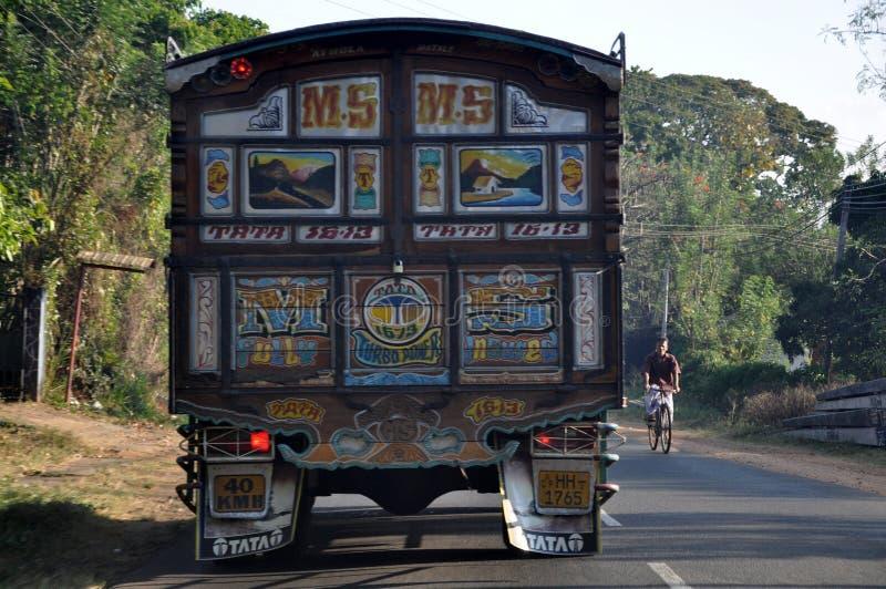 Camión de Colourfull TATA en el camino en Sri Lanka imagenes de archivo
