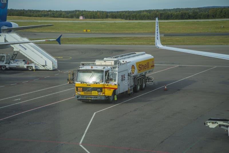 Camión de combustible el aeropuerto imagen de archivo