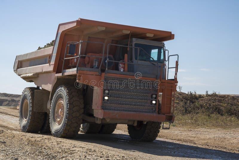 Camión de descargador pesado que trabaja en un emplazamiento de la obra imágenes de archivo libres de regalías