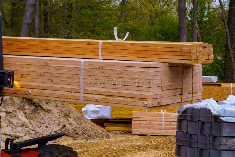 Camión de elevación que mueve una pila de 2 x 4 pernos prisioneros de la madera de construcción en un pequeño proceso de registro fotos de archivo libres de regalías