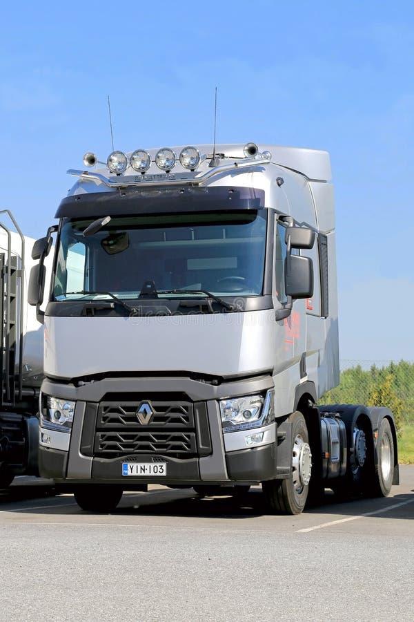 Camión de Grey Renault Range T para el largo trayecto imagen de archivo