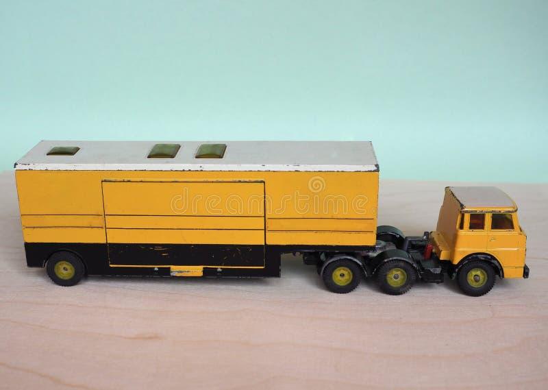 camión de juguetes amarillo imagen de archivo libre de regalías