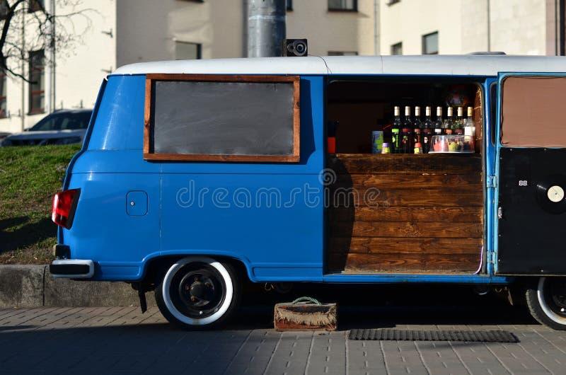 Camión de la comida en las ruedas fotografía de archivo libre de regalías