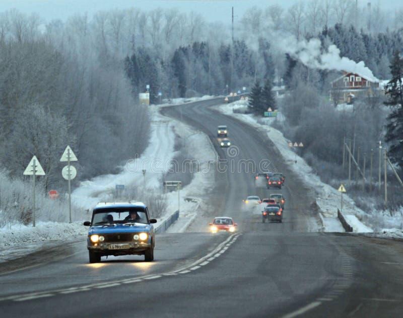 camión de la falta de definición de la ruta del camino del invierno imagenes de archivo