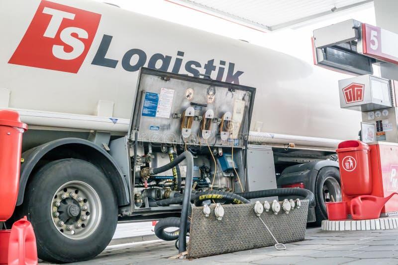Camión de la logística de los TS que entrega el combustible imagen de archivo libre de regalías
