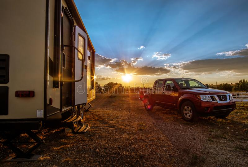 Camión de la puesta del sol de rv que acampa fotos de archivo