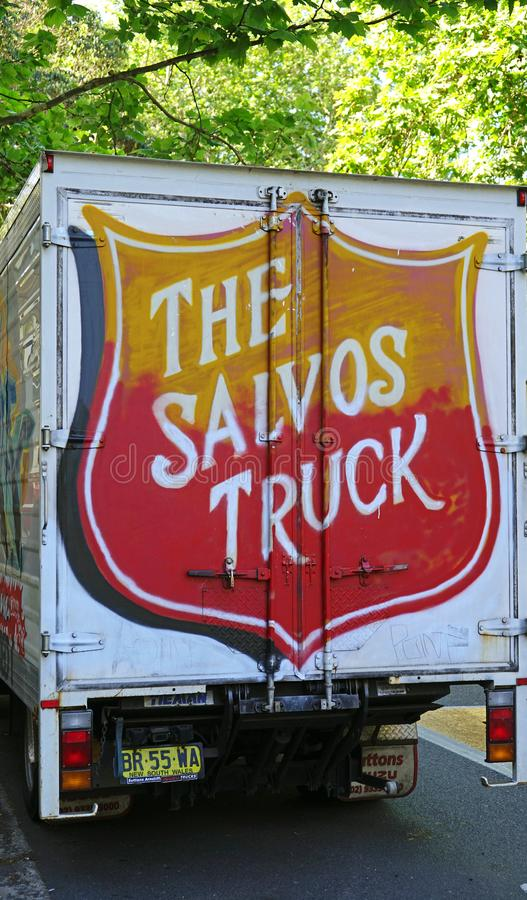 Camión de las donaciones del Ejército de Salvamento parqueado cerca de William Booth House fotografía de archivo