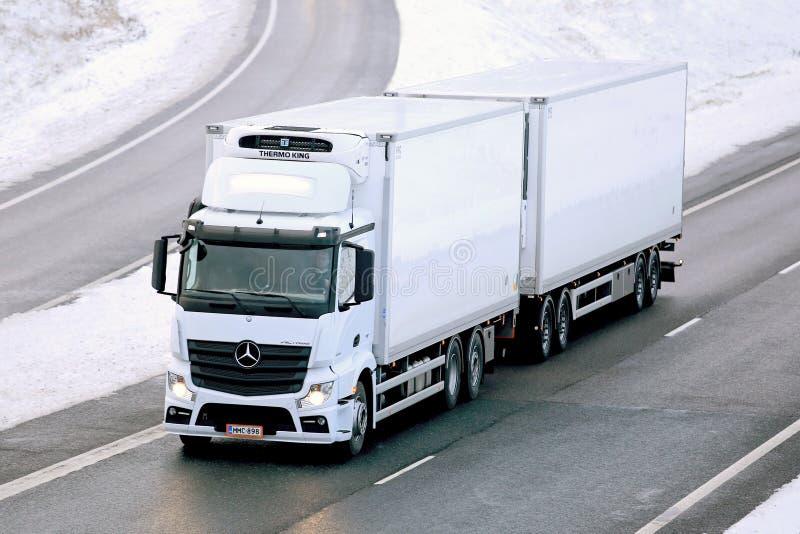 Camión de Mercedes-Benz Actros Temperature Controlled Trailer imagen de archivo libre de regalías