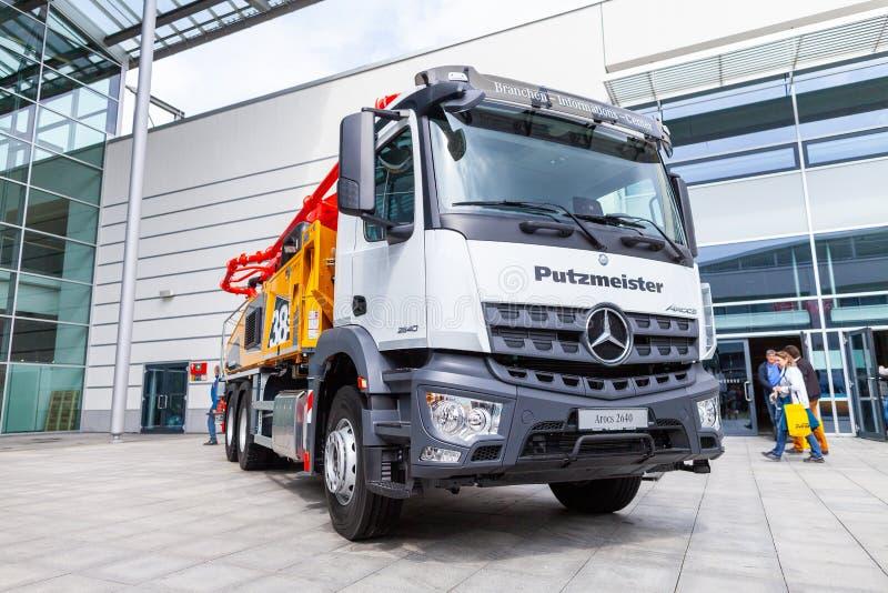 Camión de Mercedes Benz con una bomba concreta imagen de archivo libre de regalías
