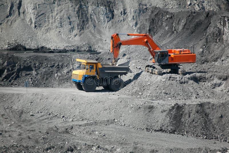 Camión de mina del cargamento del excavador fotos de archivo