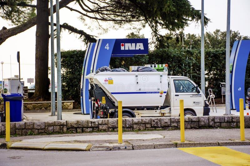 Camión de Mini Garbage en una gasolinera imagen de archivo