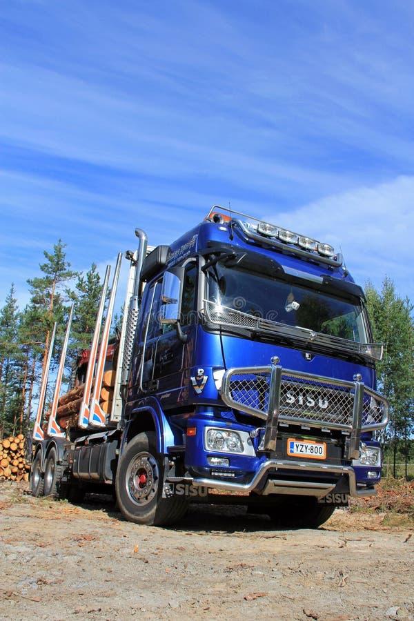 Camión de registración polar de Sisu y cielo azul fotos de archivo