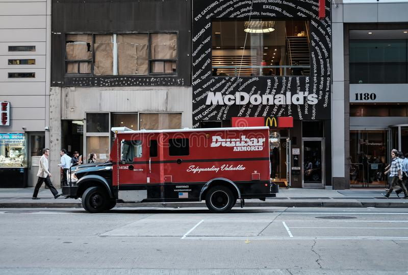 Camión de reparto acorazado fuera de un restaurante de los alimentos de preparación rápida imagenes de archivo