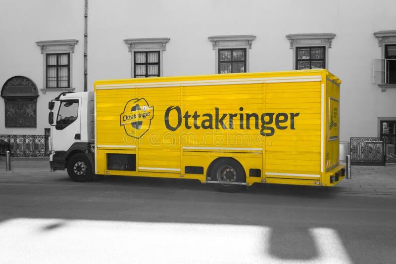 Camión de reparto amarillo de la cerveza de Ottakringer fotos de archivo