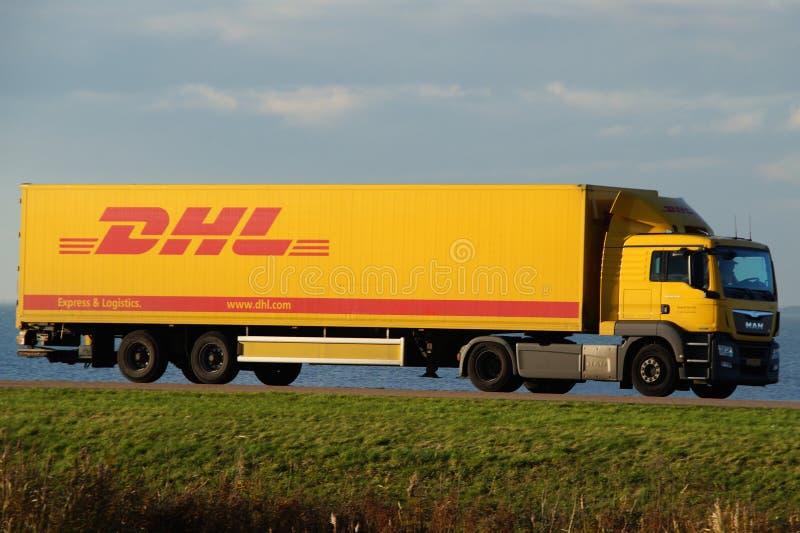 Camión de reparto de DHL en la oscuridad imagen de archivo libre de regalías