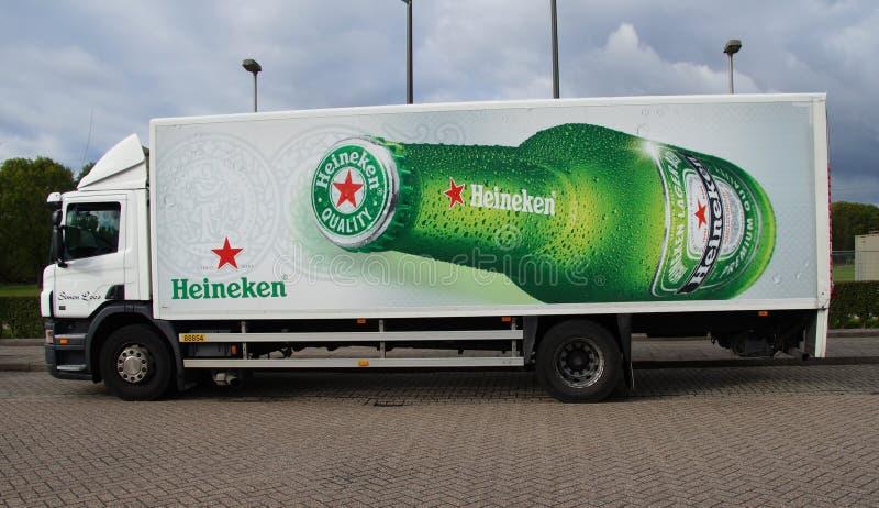 Camión de reparto de la cerveza de Heineken imagenes de archivo