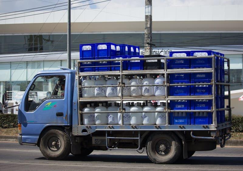 Camión de reparto del agua potable de la compañía de Thip del sarán fotos de archivo
