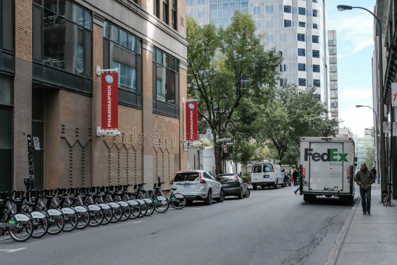 Camión de reparto mundial del mensajero visto en Nueva York imágenes de archivo libres de regalías