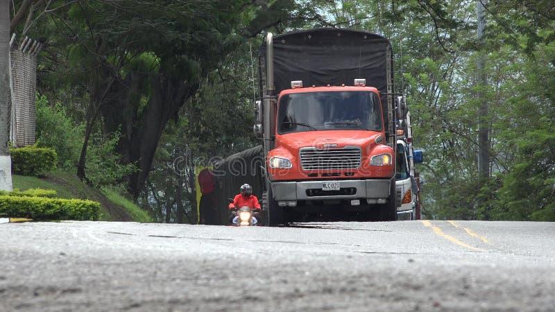 Camión de reparto que conduce en el camino imagen de archivo